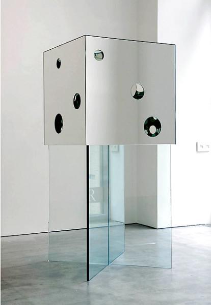 Yayoi Kusama The Passing Winter, 2005; mirror, glass; 190 x 80 x 80 cm (sculpture); 110 cm (pedestal); enquire